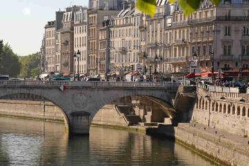 se-balader-a-velo-sur-les-bords-de-seine-traverser-des-ponts-mythiques-notre-dame-de-paris-saint-michel-les-bouqinistes