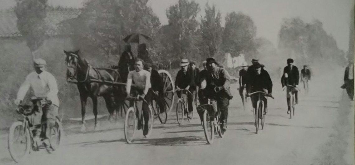 des vieux vélos et des champions, les forçats de la route au début de la grande aventure du Tour du France