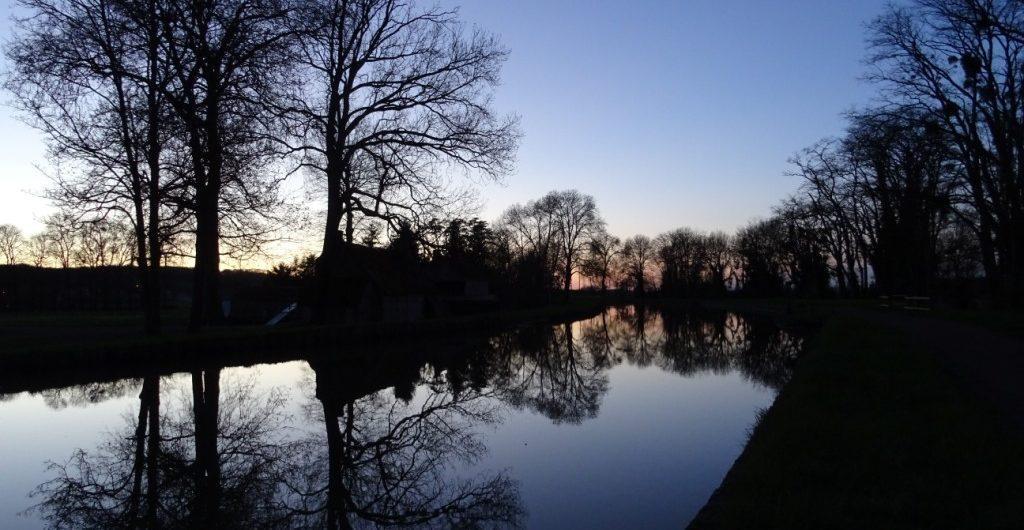 Longer le canal à vélo quand la nuit tombe